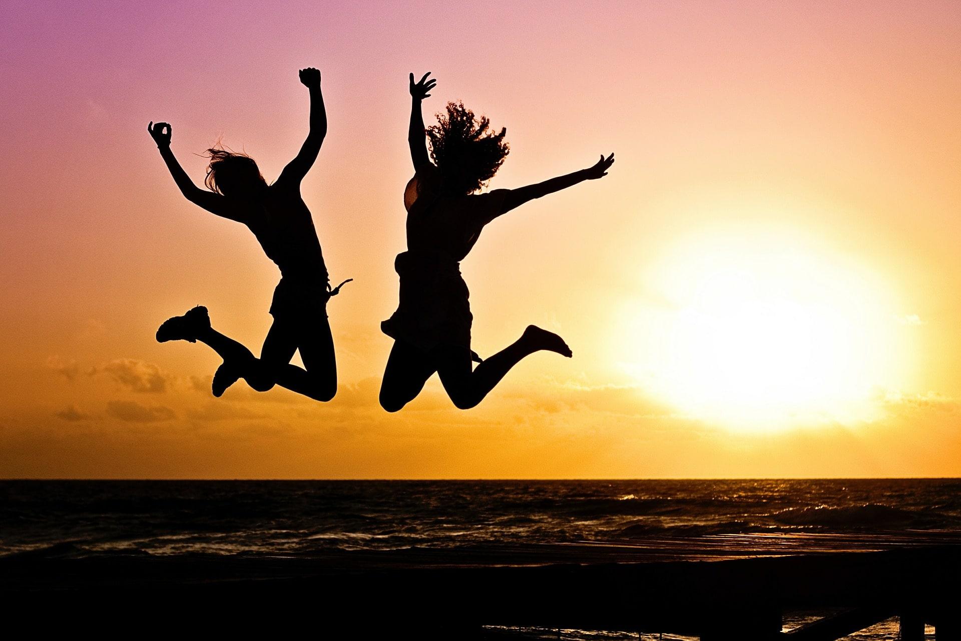 radość skaczące osoby